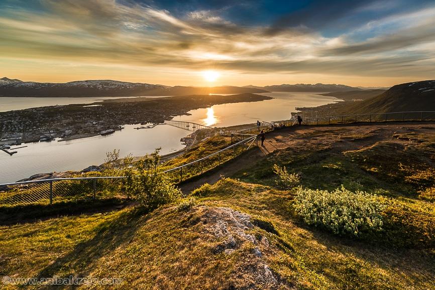 El Sol de Medianoche visto desde el Monte Storsteinen en Fløya, con Tromsø a sus pies, en Laponia Noruega.